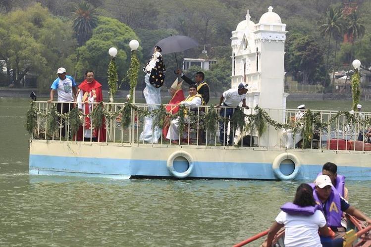 El Lago de Amatitlán es el escenario para el recorrido de la imagen del Niño Dios de Amatitlán. (Foto Prensa Libre: Carlos Hernández).