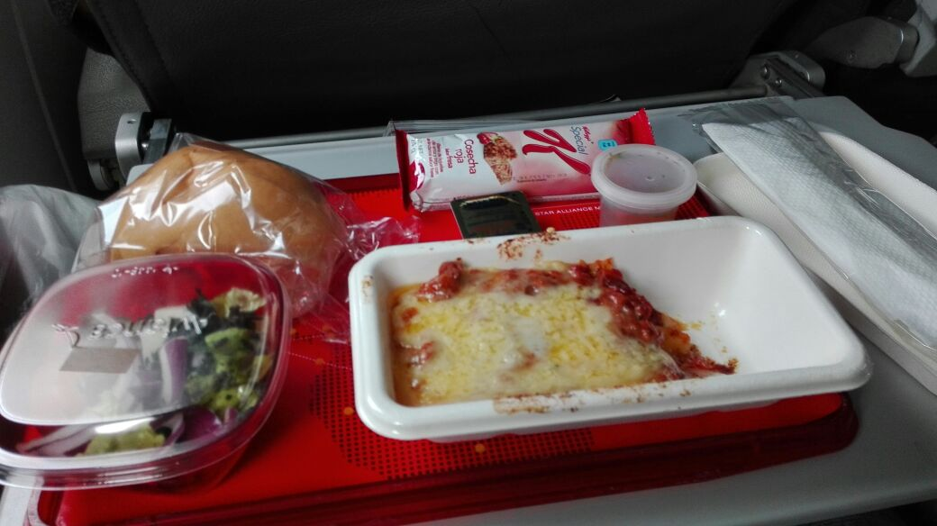 La cena en el avión en el camino a Río de Janeiro. (Foto Prensa Libre: Jeniffer Gómez)
