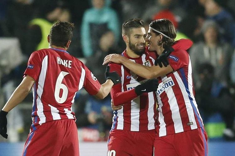 Atlético de Madrid aceptó una sanción que le prohíbe fichar jugadores en el próximo mercado de transferencias de invierno. (Foto Prensa Libre: EFE).
