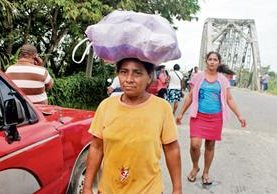 Pobladores de  Morales, Izabal, caminan a sus comunidades por falta de paso vehicular en el puente Oneida.