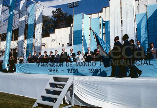 Jorge Serrano Elías tomó posesión de la Presidencia el 14 de enero de 1991 en una ceremonia realizada en el Estadio Nacional Mateo Flores. Serrano no terminó su periodo por el golpe de Estado provocado por él en 1993. (Foto: Hemeroteca PL)
