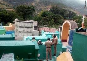 Salud inicia un plan para eliminar los zancudos en el cementerio municipal de Sacapulas, Quiché, para evitar contagios de zika este 1 de noviembre. (Foto Prensa Libre: Óscar Figueroa)