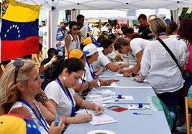 Venezolanos atienden convocatoria y se acercan a las urnas