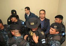 PNC custodia a los sindicados antes de trasladarlos a prisión. (Foto Prensa Libre: Esbin García)