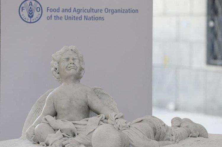 Estatua de Aylan Kurdi que el papa Francisco entregó a la FAO. (Foto Prensa Libre: AP)