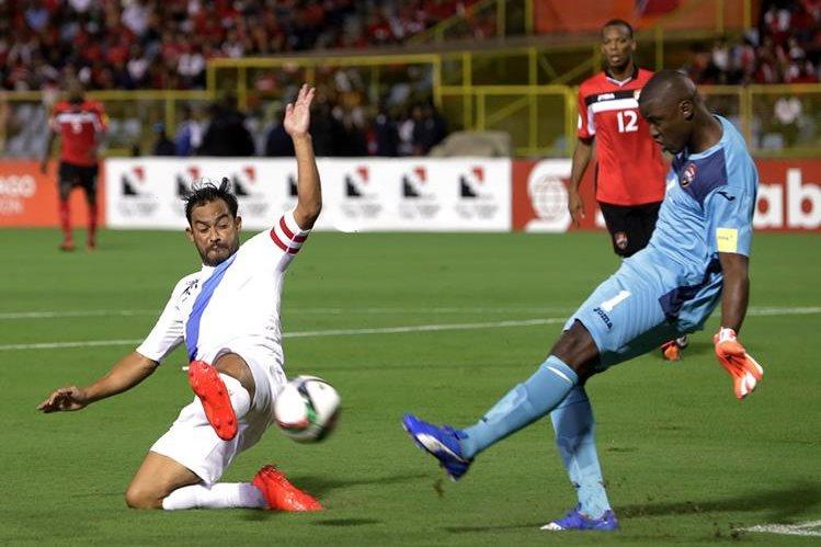 Carlos Ruiz respondió por la Selección Nacional pero no bastó para clasificar a la hexagonal final. (Foto Prensa Libre: EFE)