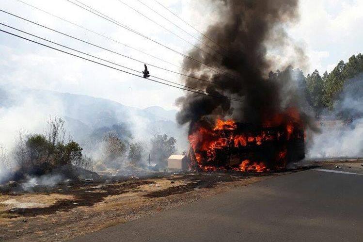 Autobús se incendia en el kilómetro 234 de la ruta Interamericana, San Carlos Sija, Quetzaltenango. (Foto Prensa Libre: Cortesía Astrid Corzantes)