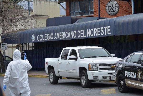 Forenses investigan en el Colegio Americano en la ciudad de Monterrey,México.(EFE).
