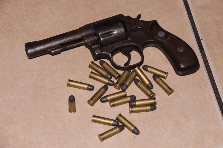 Arma decomisada a Mauricio Morales, en Masagua, Escuintla. (Foto Prensa Libre: Carlos E. Paredes)