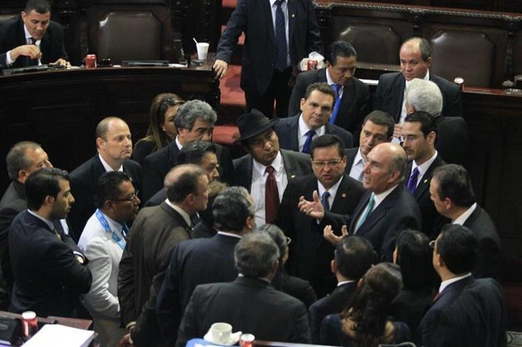 El presidente del Congreso Mario Taracena se reúne con los jefes de bloques al centro del hemiciclo. (Foto Prensa Libre: Esbin García)