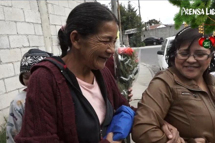 Beatriz tomó con fuerza a Lucía, como quien no quiere soltar un sueño hermoso. (Foto Prensa Libre: Fernando Magzul)
