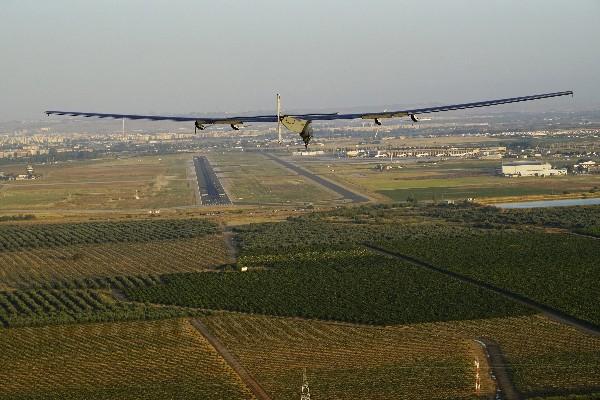 El avión Solar Impulse se dispone a aterrizar en el aeropuerto de Sevilla. (EFE).