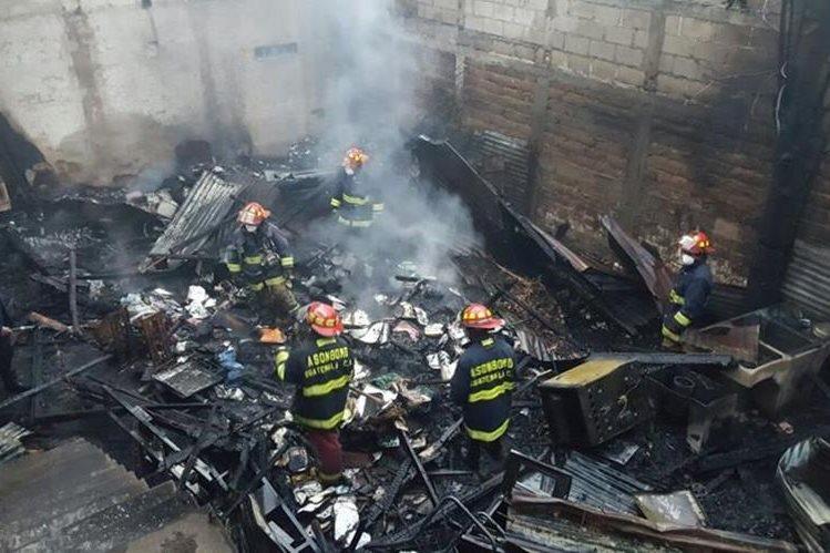 Bomberos combaten incendio registrado en la zona 3 de Tecpán Guatemala, Chimaltenango. (Foto Prensa Libre: Bomberos Municipales Departamentales)