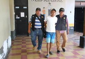Walter Noel González Valdez, quien es sindicado de haber disparado contra el hijo del periodista Edwin Paxtor, es trasladado a la comisaría.(Foto Prensa Libre: Mario Morales)