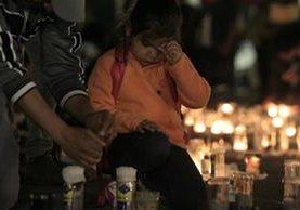 Una niña acompaña a su padre en la Plaza de la Constitución, donde ciudadanos demandan justicia por las muertes en el Hogar Seguro. (Foto Prensa Libre: Carlos Hernández.