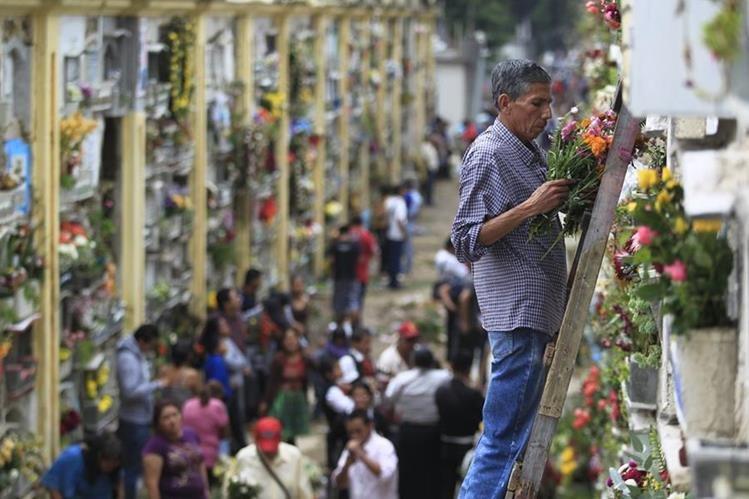Se espera más de un millón de visitantes durante el fin de semana y hasta el 1 de noviembre en el Cementerio General. (Foto Prensa Libre: Hemeroteca PL)