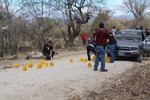 Fiscales del Ministerio Público buscan evidencias  en la escena del crimen.