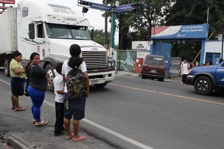 Atravesar la avenida Centroamérica o la 1a. avenida de Escuintla puede ser una pesadilla para los residentes de esa ciudad. (Foto Prensa Libre: Enrique Paredes).
