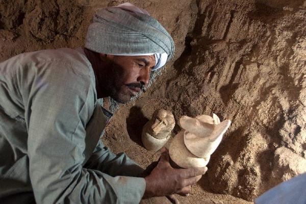 <p>Hallan tumbas de 3 mil años de antigüedad</p>