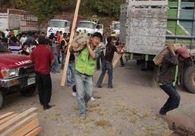 <p>Miembros de la organización Good Neighbors entregaron la ayuda a los damnificados. (Foto Prensa Libre: Aroldo Marroquín)<br></p>