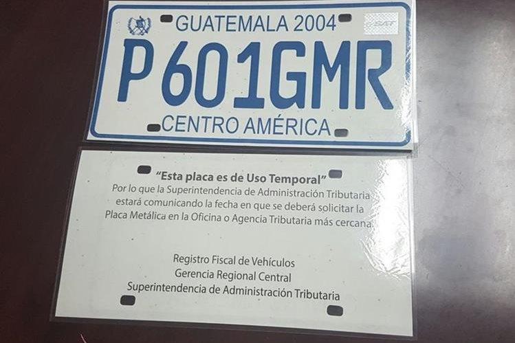 Muestra de las placas de plástico de uso temporal emitidas por la SAT. (Foto Prensa Libre: SAT)