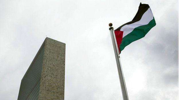 La bandera palestina ya ondea frente a la ONU.  REUTERS