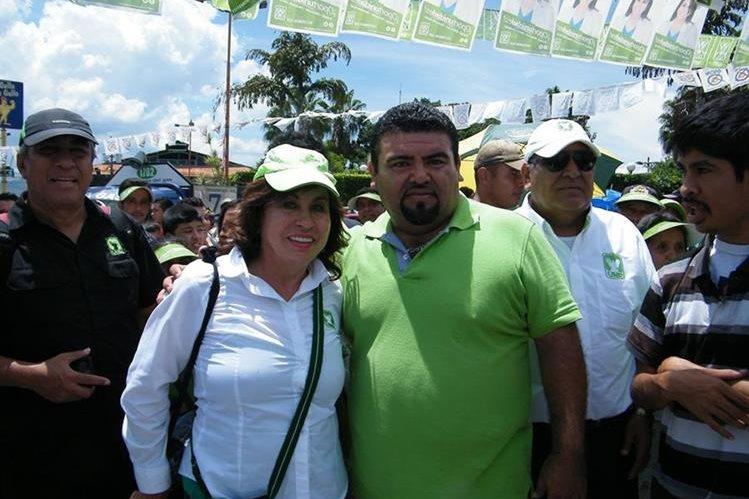 Sandra Torres junto al candidato a la Alcaldía de Sanarate, Víctor Israel Guerra. (Foto Prensa Libre: Héctor Contreras)