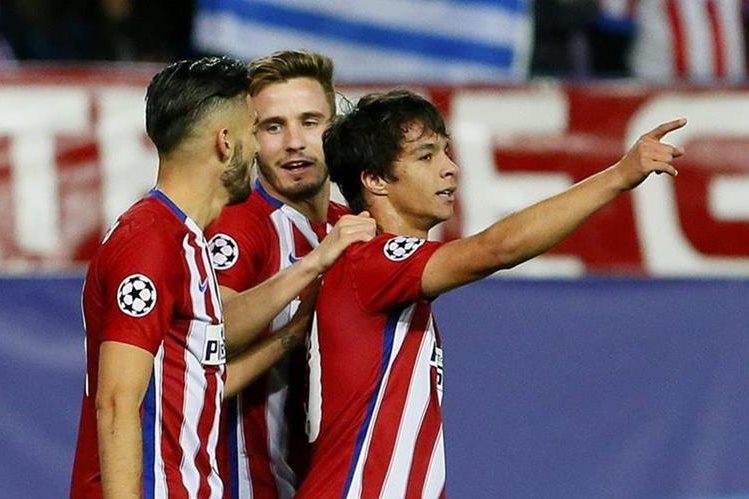 El centrocampista del Atlético de Madrid Óliver Torres (d) celebra el tercer gol ante Astana. (Foto Prensa Libre: EFE).