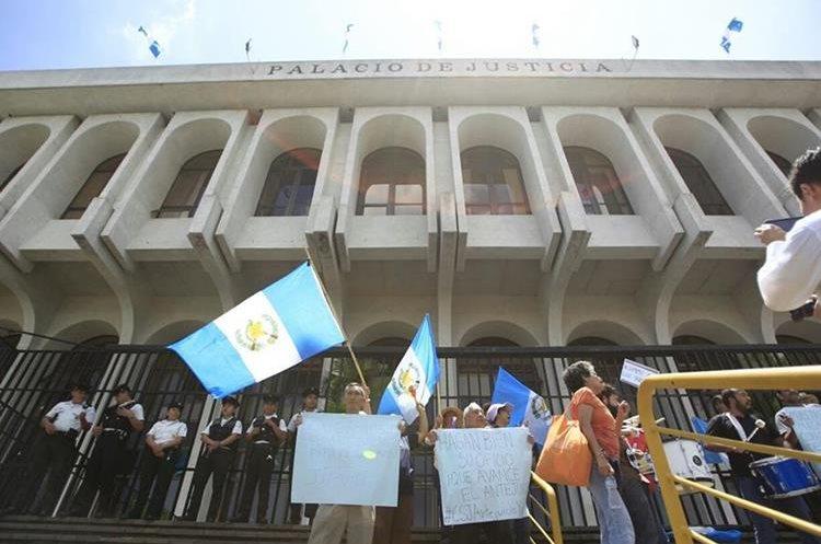 Con banderas de Guatemala y consignas en contra del presidente se manifiestan.