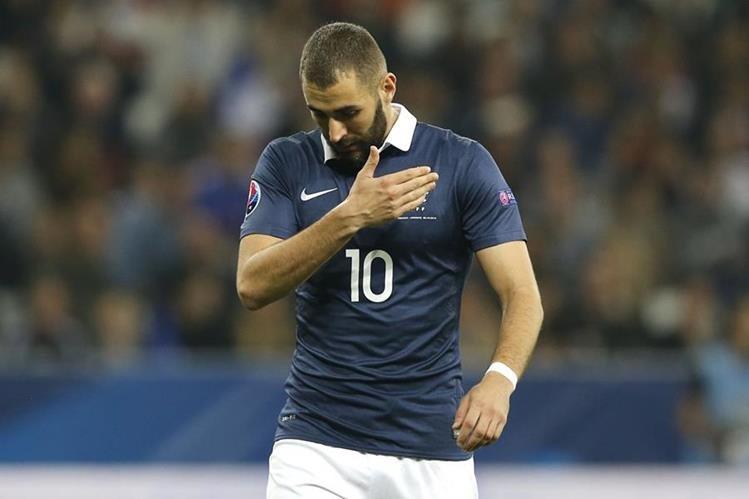 Benzema tuvo que abandonar la cancha tras sufrir la lesión. (Foto Prensa Libre: AFP)