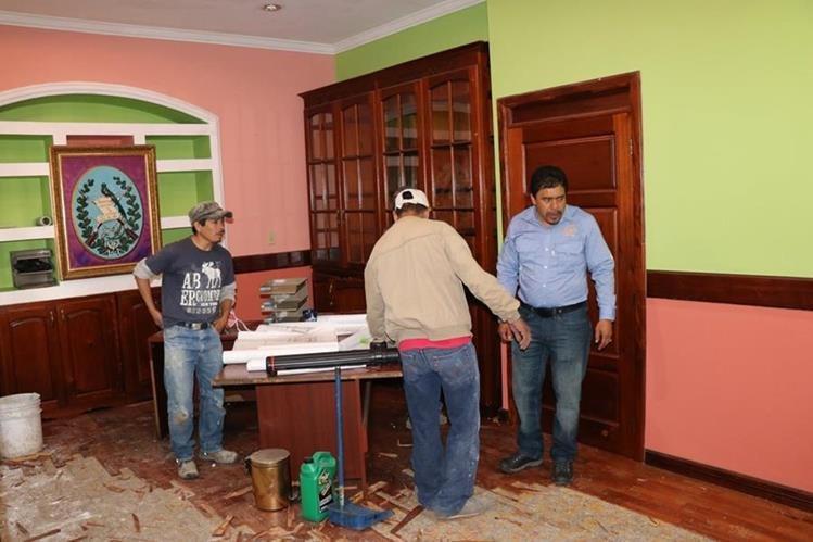 El gobernador Reynabel Samayoa observa cómo un grupo de albañiles retira materiales de su oficina.(Foto Prensa Libre: Héctor Cordero)