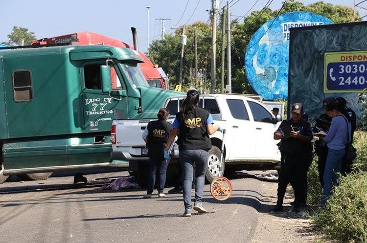 Dos agentes de la PNC murieron en un accidente de tránsito en el kilómetro 60. (Foto Prensa Libre: Enrique Paredes)