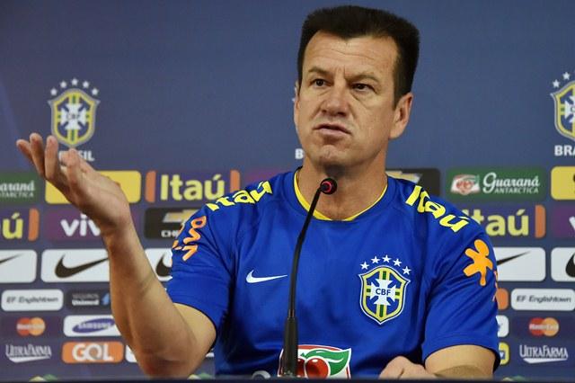 Dunga en una rueda de prensa en el estadio Presidente Vargas de Fortaleza. (Foto Prensa Libre: AFP)