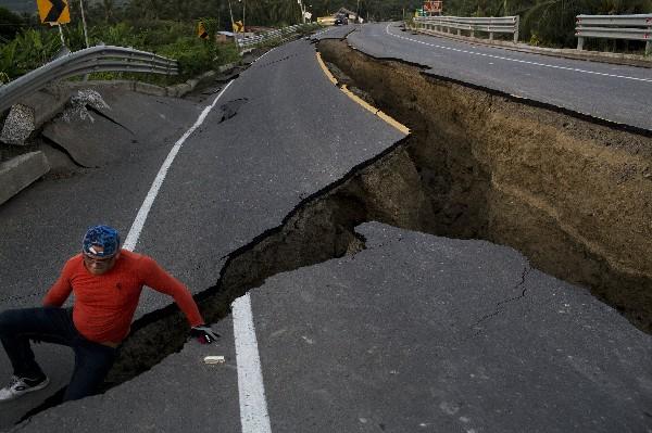 Una carretera sufrio daños por la magnitud del terremoto en Ecuador. (AFP).
