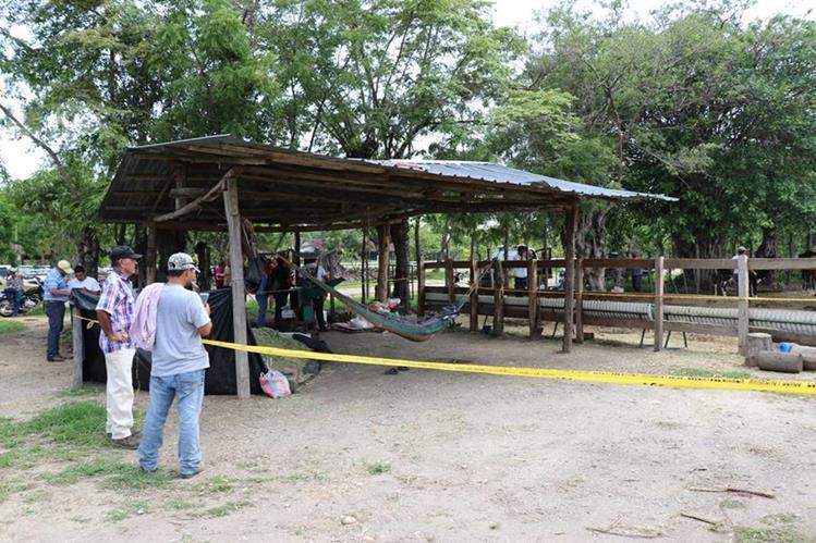 Familiares y vecinos observan el cadáver de la víctima que quedó en la hamaca. (Foto Prensa Libre: Mario Morales)