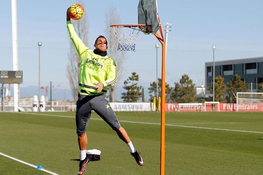 El portugués Cristiano Ronaldo está por encestar la pelota durante uno de los ejercicios en el entreno del equipo merengue. (Foto Prensa Libre: Real Madrid)
