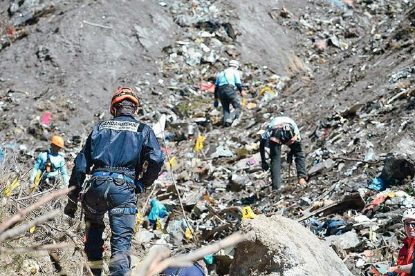 Efectivos de los equipos de rescate durante las labores de búsqueda. (Foto Prensa Libre: EFE)