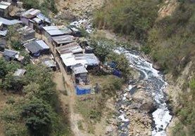 Miles de personas viven en casa improvisadas en lugares de alto riesgo. (Foto Prensa Libre: Hemeroteca PL)