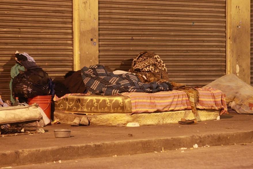Indigentes se acomodan para pernoctar en las calles del Centro Histórico. (Foto Prensa Libre: Estuardo Paredes)