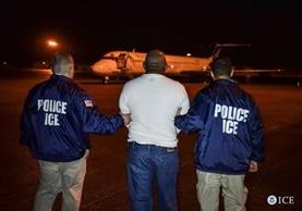 Martires Molvan-Figeureo, un dominicano buscado por asesinato es deportado.(AFP)