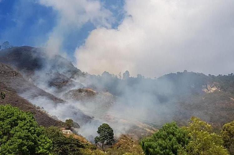 Panorámica del incendio forestal en Santa Catarina Palopó, Sololá. (Foto Prensa Libre: Cortesía Conred)