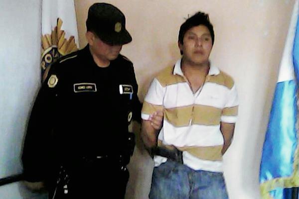 Edwin Baldomero Chicóp Jolón fue detenido por la PNC y la PMT de Santiago Sacatepéquez. (Foto Prensa Libre: Renato Melgar)
