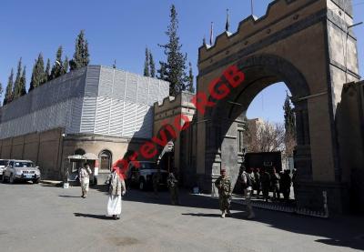 Soldados de las milicias houtíes vigilan la entrada del Palacio Presidencial en Saná tomado desde enero pasado.