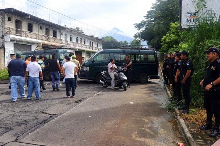 Los inconformes bloquearon el ingreso al municipio por una hora. (Foto Prensa Libre: Rolando Miranda)