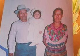 José Ceferino Xicón Felipe y María Juana Sulá en vida. Los acompaña una nieta. (Foto Prensa Libre: Víctor Chamalé).