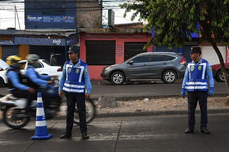 La policía hondureña monta guardia en Tegucigalpa a raíz del toque de queda de 10 días impuesto por el gobierno para detener las manifestaciones violentas desencadenadas por los reclamos de fraude a las elecciones presidenciales. (Foto Prensa Libre: AFP)