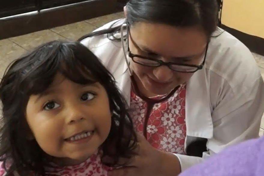 La doctora Ingrid Castillo brindó asistencia médica a niños y adultos. (Foto Prensa Libre: Fernando Magzul)