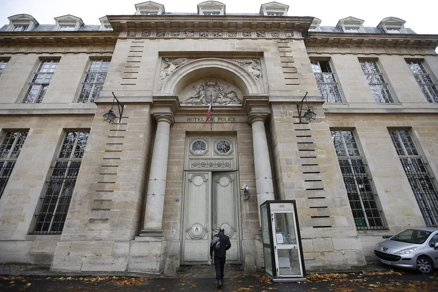 Vista del exterior de la sede de la policía judicial de Versalles, a las afueras de París, Francia. (Foto Prensa Libre: EFE)