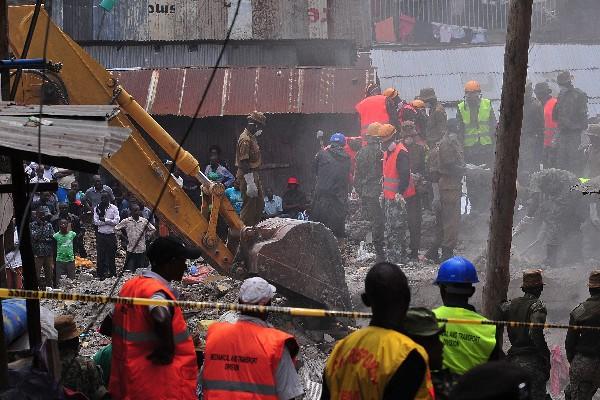 Rescatistas buscan a sobrevivientes de edificio derrumbado.(AFP).