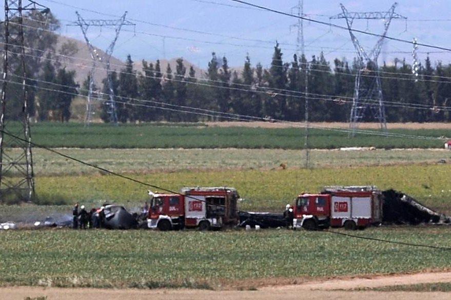 El área donde el avión se accidentó en Sevilla, España, dejando al menos cuatro muertos y dos heridos. (Foto Prensa Libre: AFP).